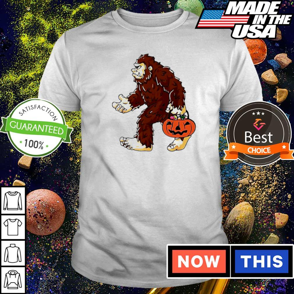 Bigfoot holding pumpkin trick or treat Halloween shirt
